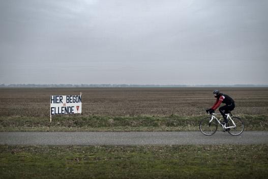 Dit bord in een weiland tussen Hoogezand en Sappemeer refereert aan  de ontdekking van het Groningse gasveld bij Slochteren op 29 mei 1959. Foto: Kees van de Veen/HH