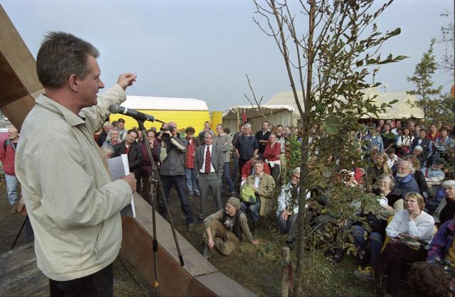 September 2001 bepaalde de rechter dat het Bulderbos mag worden onteigend. Toenmalig campagneleider van Milieudefensie Wijnand Duyvendak bespreekt de te volgen strategie met de samengekomen actievoerders in het Bulderbos. Foto: Michiel Wijnbergh
