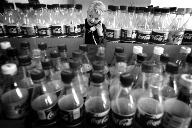 Milieudefensie demonstreert in 2000 in het kantoor van Coca Cola tegen de plastic halve liter verpakking. Beeld: Martijn Beekman.