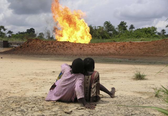 FOE EWNI. Affakkelen van Shell in het dorp Rumuekpe, Nigeria.