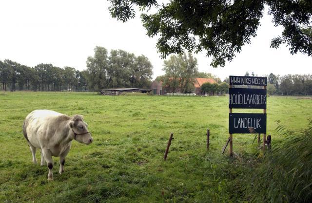 Milieudefensie kocht in 2004 met omwonenden en andere tegenstanders een stukje grond - Brabant Broek - op het meest waarschijnlijke tracé van een snelweg tussen Eindhoven en Helmond. Foto: Michiel Wijnbergh
