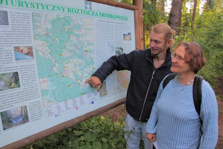 Ewa en Wojtek bij de ingang van Nationaal Park Roztoczański, foto John Stoker