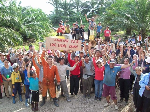 """Inheemse bevolking in Sarawak in Indonesië protesteert tegen feit dat palmoliebedrijf IOI hun land afpikt. Op het protestbord staat in het Indonesisch de tekst: """"Dit land is van de inheemse bevolking van Long Teran Kanan"""""""