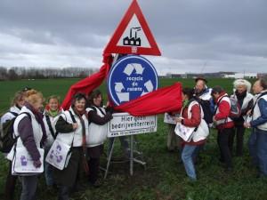 Om een halt toe te roepen aan de aanleg van de vele overbodige nieuwe bedrijventerreinen plaatsten lokale groepen samen met Milieudefensie op talloze plaatsen in Nederland protestborden.