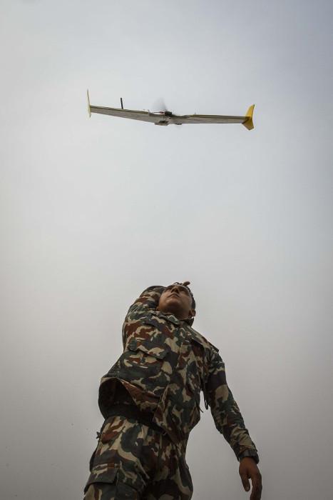 Een militair lanceert een drone in Chitwan National Park, Nepal. Beeld: WWF/Robert Vermue