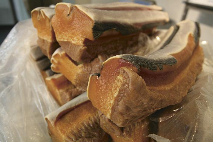 Walvisvlees gevonden door Greenpeace tijdens een onderzoek naar diefstal van vlees uit het wetenschappelijke walvisvaartprogramma.