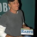 Jon Stewart met zijn boek Earth. Beeld: David Shankbone Wikimedia CC 3.0