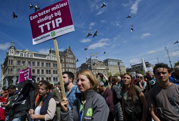 Demonstratie tegen TTIP op de Dam in Amsterdam op 23 mei. Beeld Marten van Dijl