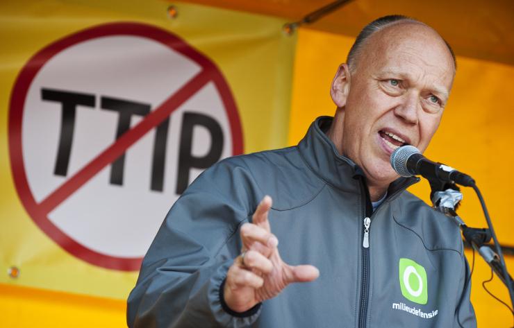 """""""Ik sta hier vandaag omdat ik niet wil dat er bedrijven zijn die machtiger zijn dan het land waarin ik woon"""" - Milieudefensie-campagneleider Geert Ritsema tijdens de demonstratie tegen TTIP op 23 mei 2015. Beeld Marten van Dijl"""