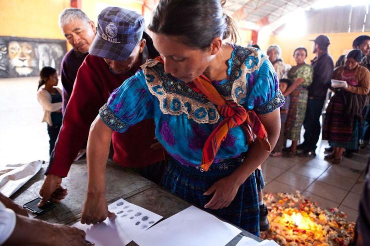 Mensen ondertekenen een petitie in Santa Cruz Quiche voor Lolita Chavez, een lokale inheemse activist en leider die doodsbedreigingen ontvangt. Beeld: Michael Rhebergen