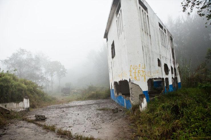 Een waterkrachtstation van een Spaanse multinational in Santa Eulalia: 'No a la mineria y a la hydrolectrica' - 'Nee tegen de mijnbouw en waterkracht centrales'. De gemeenschappen rondom Santa Eulalia zijn tegen. Beeld: Michael Rhebergen