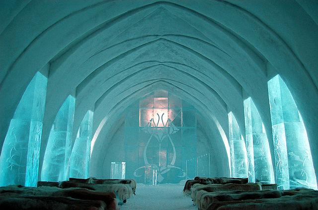 Beeld: Ice Hotel, door Bjaglin, Wikimedia CC BY 2.0