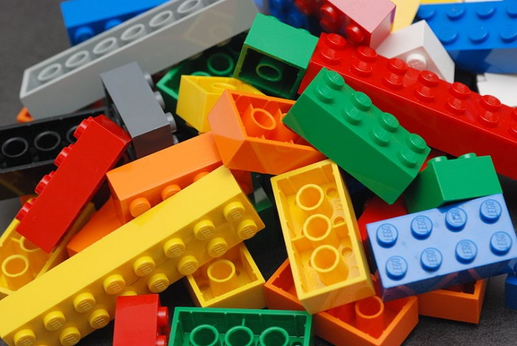 Wikimedia cc Alan Chia 800px-Lego_Color_Bricks