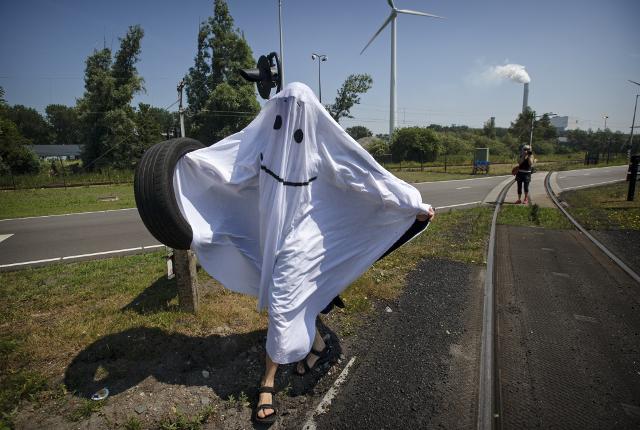 Een spook met een smiley waart rond bij de ingang van de kolenopslag. Beeld Marten van Dijl.