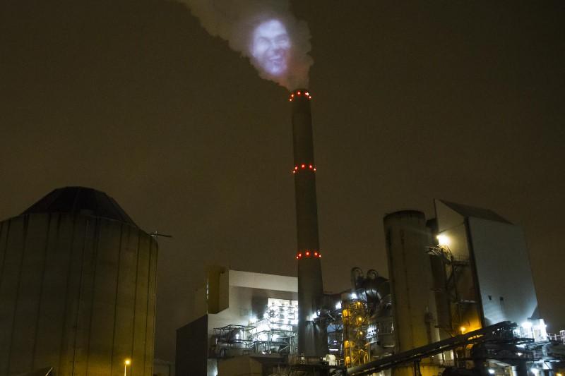 Vanaf de kolencentrale in Amsterdam lacht Rutte onze zorgen weg. Beeld: Greenpeace