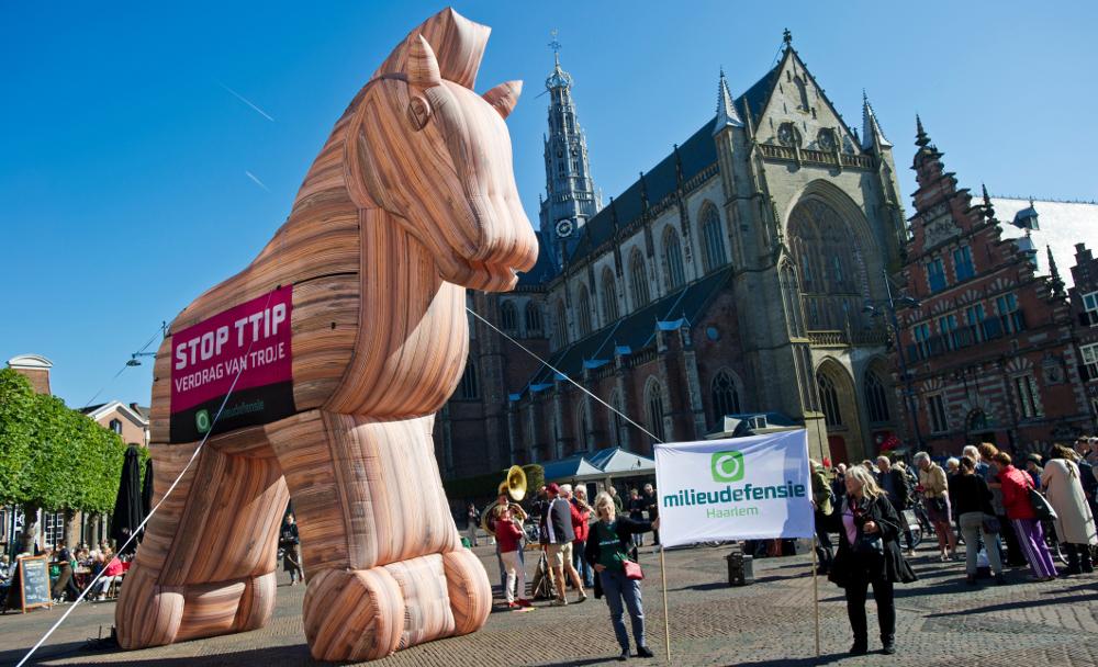 Haarlemmers protesteren met Milieudefensie tegen vrijhandelsverdrag TTIP, dat volgens hen een 'Trojaans Paard' is. FOTO MARTEN VAN DIJL / MILIEUDEFENSIE