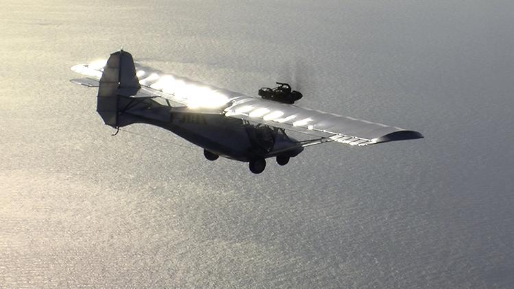 De Sputnik, het zelfgebouwde tweepersoonsvliegtuig waarmee Hubert Sauper van Frankrijk naar Soedan vloog. De waanzin van deze exercitie brak bij veel ontmoetingen meteen het ijs. Mensen zijn minder voorzichtig en argwanend dan wanneer ze zouden weten dat een kritische, Oscar-genomineerde regisseur ze kwam interviewen.