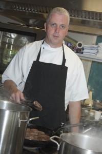 Marc Sijms, een van de zes koks in een zelfsturend team, werkte 25 jaar in hotels maar vindt dat hij ook in Naarderheem echt met zijn vak bezig kan zijn. Wat zou hij doen met extra budget? 'Meer koks aannemen, zodat we nog meer zelf à la carte kunnen maken.' Beeld: Liesbeth Sluiter