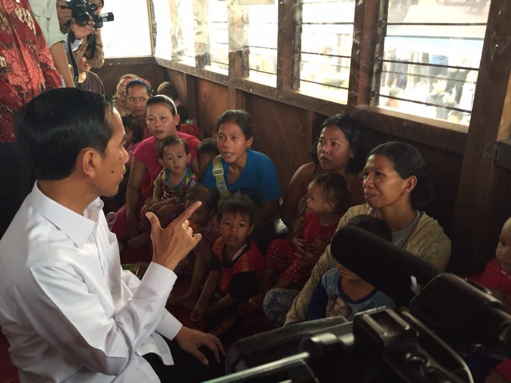 President Jokowi bezoekt het WALHi evacuatiecentrum in Palembang op Zuidelijk Sumatra