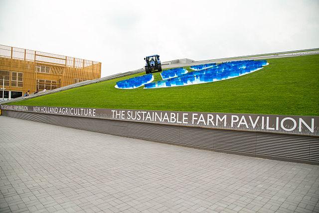 Het New Holland Agriculture paviljoen heeft een heel ander idee van duurzame landbouw dan Slow Food. Beeld: Wikimedia Commons CC BY Città di Parma