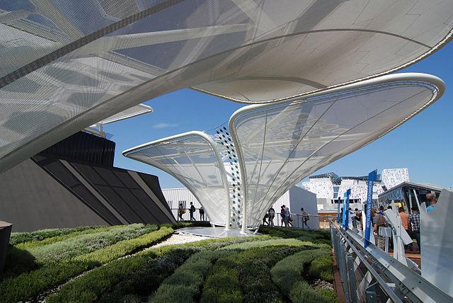 Het grootste paviljoen van de Expo is van Duitsland. Photovoltaïsche schermen representeren bomen in een futuristische weergave van een traditioneel landschap. Beeld: Wikimedia CC BY MdCAlmeida Villafuerte