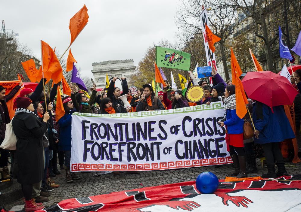 Op de laatste dag van COP21 doen duizenden mensen mee aan een demonstratie in Parijs waarmee ze oproepen klimaatverandering tegen te gaan. FOTO MARTEN VAN DIJL / MILIEUDEFENSIE
