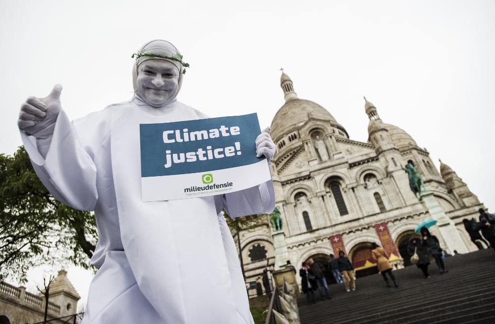 Actievoerder tijdens de klimaattop in Parijs. Foto: Marten van Dijl / Milieudefensie