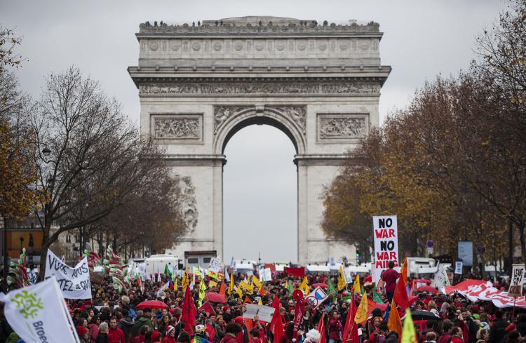 Op de laatste dag van COP21 doen duizenden mensen mee aan een demonstratie in Parijs waarmee ze oproepen klimaatverandering tegen te gaan. Twaalf bussen met Nederlandse activisten zijn met Milieudefensie naar Parijs gekomen, om tijdens het slotweekend van de Klimaattop deel te nemen aan activiteiten en te protesteren. FOTO MARTEN VAN DIJL / MILIEUDEFENSIE