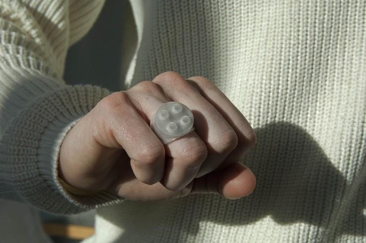 Better Future Factory, een ingenieurs-/ ontwerpbureau dat ontwerpt voor een circulaire economie en nu veel doet met gerecycled plastic. Ringetje gemaakt met 3D printing van plastic afval tijdens een festival.