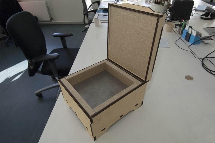 Het smeltapparaat waarin met behulp van modulaire mallen tegels worden gesmolten van pet. Beeld: Liesbeth Sluiter.