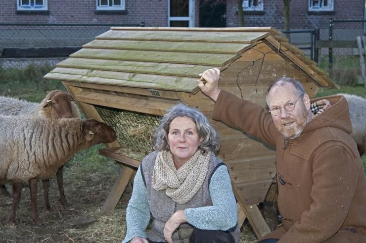 Permacultuur / Marion Teeuwen en Willem Verstijnen bij hun Solognot schapen. Beeld: Liesbeth Sluiter