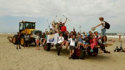 boskalis beach cleanup tour, afval rapen op het strand