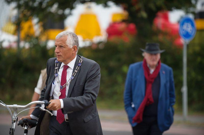 De burgemeester van Terschelling met de duurzame vervoersoplossing. Op de achtergrond: Wouter van Dieren. - Beeld: Silvester Kok/Springtij