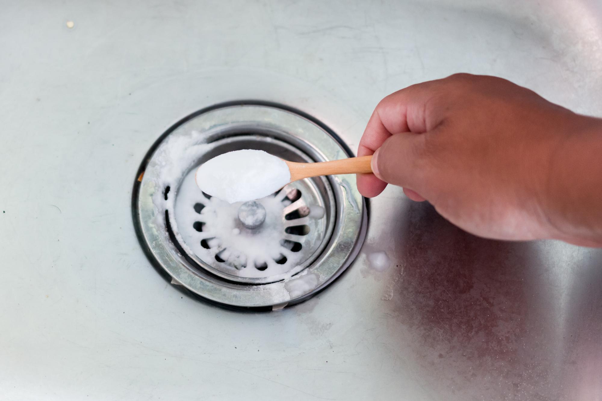 schoonmaken natuurlijke schoonmaakmiddelen soda natriumcarbonaat natriumbicarbonaat baksoda citroen groene zeep koffiedik heet water azijn schoonmaakazijn
