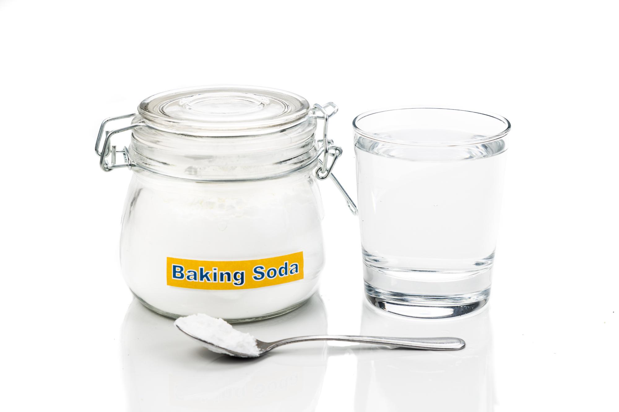 schoonmaken natuurlijke schoonmaakmiddelen baking soda baksoda natriumbicarbonaat citroen heet water groene zeep azijn schoonmaakazijn koffiedik