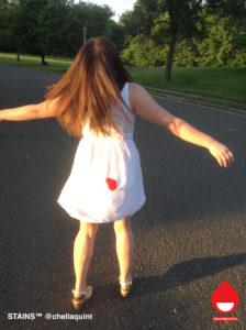 Foto: Chella Quint / Period Positive. Met het STAINS™-project bekritiseert ze de boodschap die in reclames over menstruatie wordt gegeven en roept ze mensen op de schaamte te verwerpen.